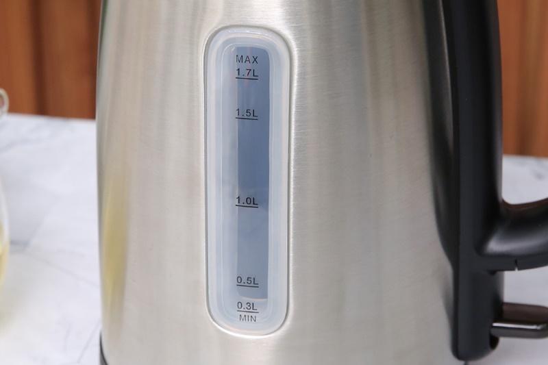 Có cột hiển thị mực nước với các vạch mức rõ ràng - Bình đun siêu tốc Toshiba 1.7 lít KT-17SH1NV