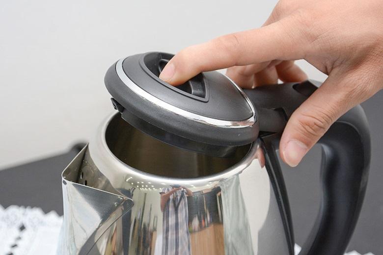 Nhấn vào nút trên nắp bình để mở nắp.