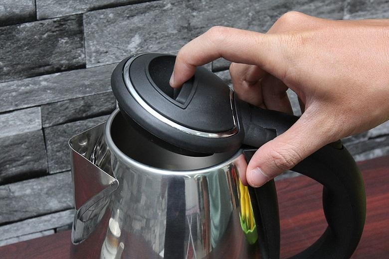 Nắp bình đóng mở chỉ với 1 thao tác nhấn nút đơn giản