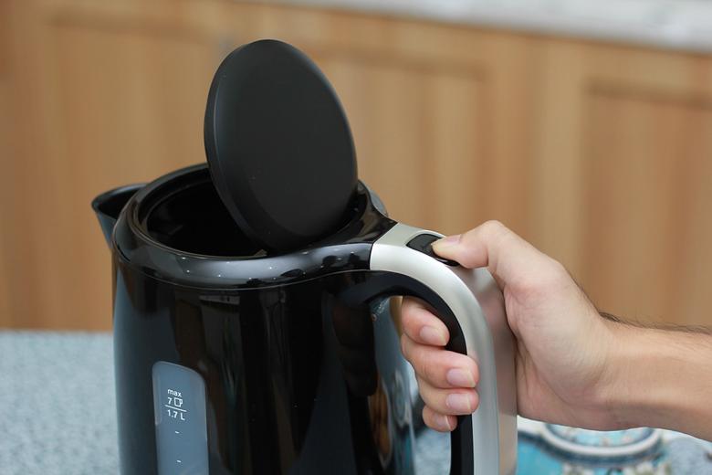 Nút mở nắp trên tay cầm, dễ dàng rót nước bằng một tay