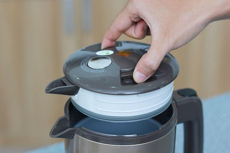 Nhấn và giữ 2 nút trên nắp để mở nắp tiện lợi