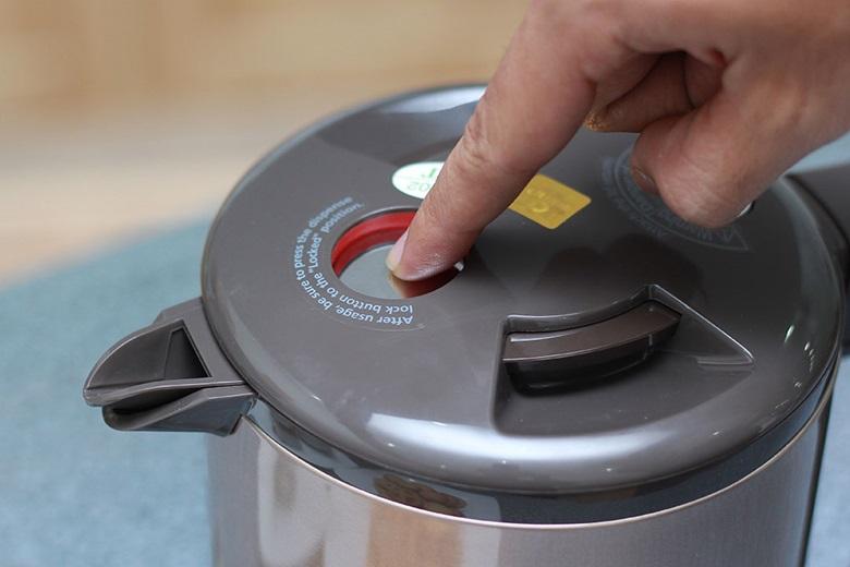 Nhấn nút để mở khóa trước khi lấy nước nóng, khi sử dụng xong nhớ nhấn để khóa vòi nước