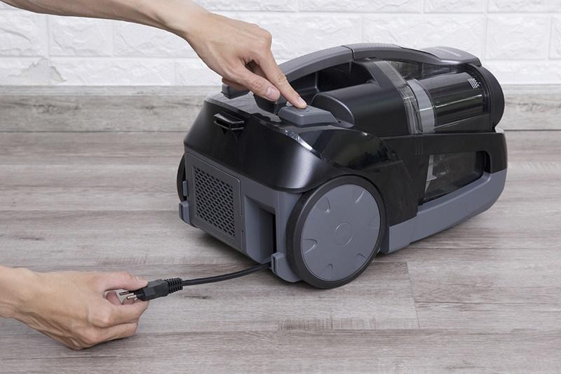 Dây điện thu gọn vào máy nhanh bằng cách nhấn vào nút thu dây - Máy hút bụi Panasonic MC-CL565KN46 2000W