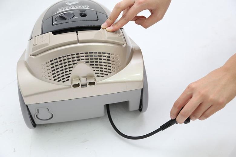 Nhấn nút khi bạn muốn thu dây điện
