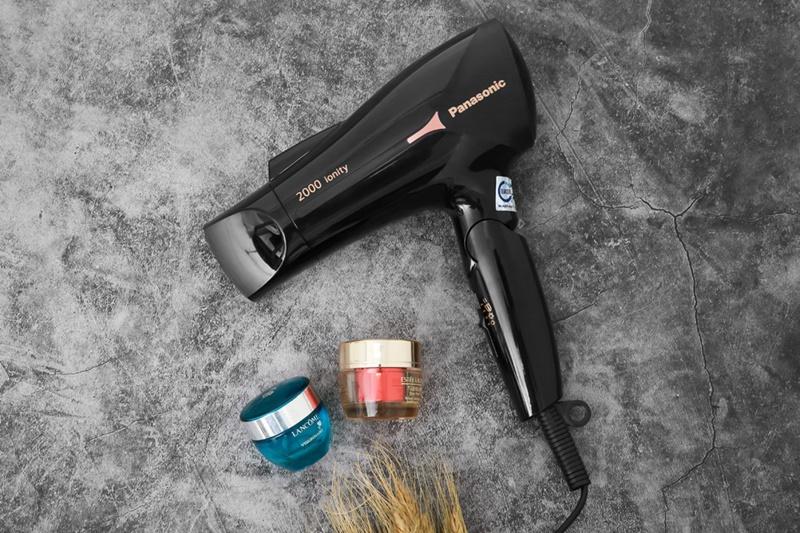Màu đen bóng loáng sang trọng, tay cầm có thể gấp gọn - Máy sấy tóc Panasonic EH-NE65-K645