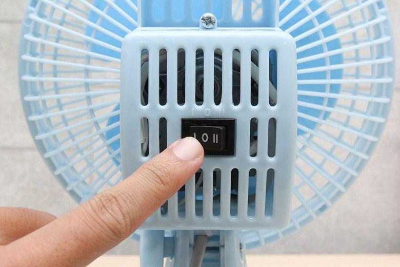 Thao tác nhấn nút để điều chỉnh tốc độ gió