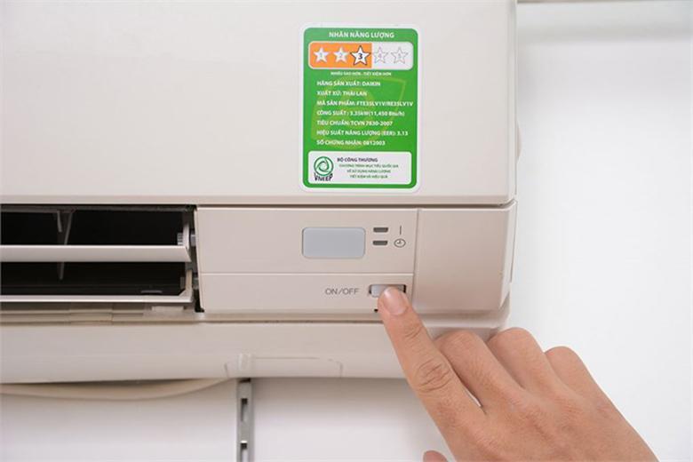 Nút điều chỉnh nguồn nằm ngay trên dàn lạnh thuận tiện điều chỉnh