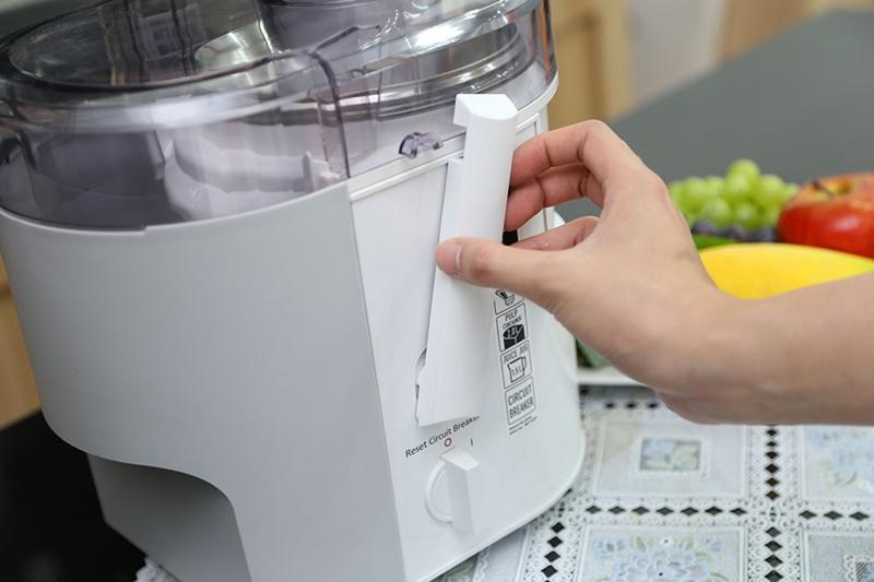 Có chốt khóa lắp đặt máy an toàn - Máy ép trái cây Panasonic MJ-SJ01WRA