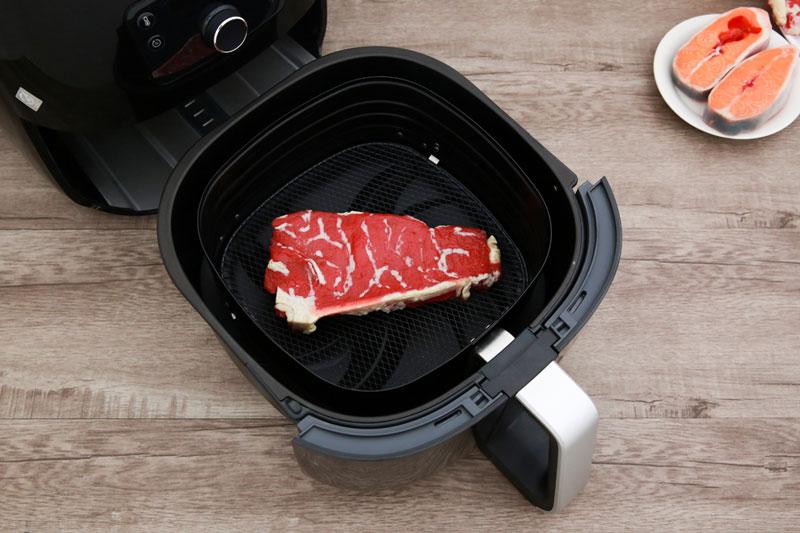 Có rổ chiên và khay hứng dầu bằng thép truyền nhiệt tốt, giữ nhiệt lâu - Nồi chiên không dầu Philips HD9650
