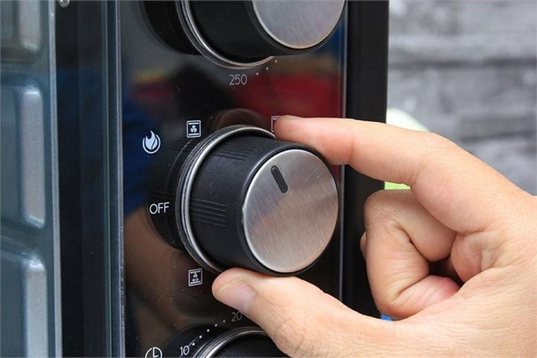 Dễ dàng chọn chế độ nướng bằng cách vặn nút điều khiển