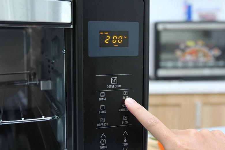 Nhấn chọn chức năng nướng (Ví dụ nướng Bánh) mà bạn muốn bên bảng điều khiển