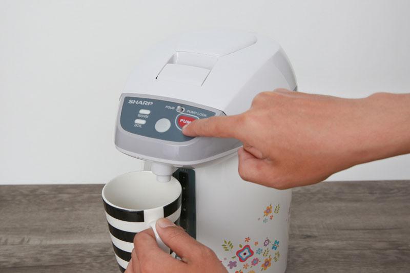 Rót nước bằng nhấn nút điện tử tiện lợi - Bình thủy điện Sharp KP-Y32PV-CU 3 lít