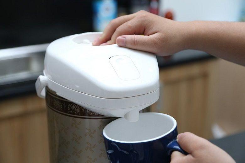 Rót nước ra khỏi bình chỉ với 1 nút nhấn tiện lợi