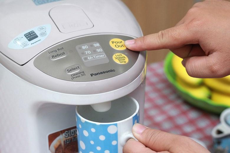 Chỉ cần nhấn nút để rót nước nóng an toàn, dễ dàng