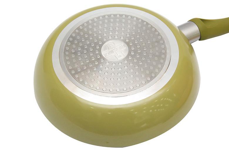 Đáy chảo gắn miếng sắt truyền nhiệt nhanh, dùng được với mọi loại bếp