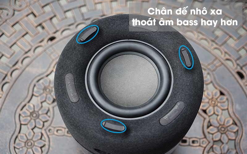 Loa Bluetooth Harman Kardon Aura Studio 3 - Ở phia dưới loa có 3 chân đế cao su