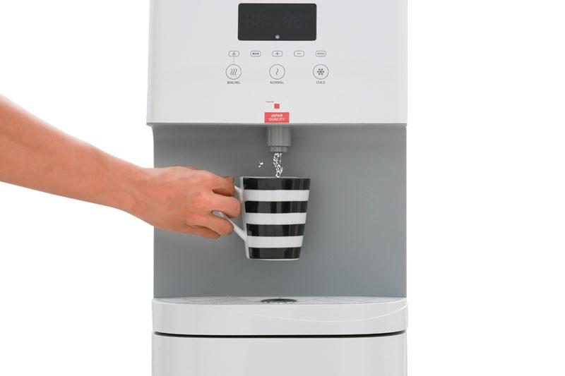 Có 1 vòi nước rót cả nước nóng, nước thường và nước lạnh dễ dàng - Máy nước nóng lạnh Toshiba RWF-W1830BV(W)