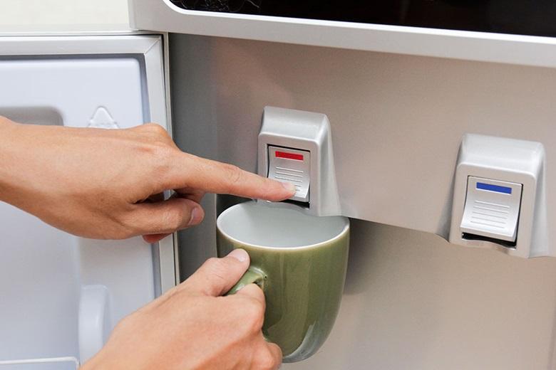 Nhấn vào nút có vạch màu đỏ để lấy nước nóng