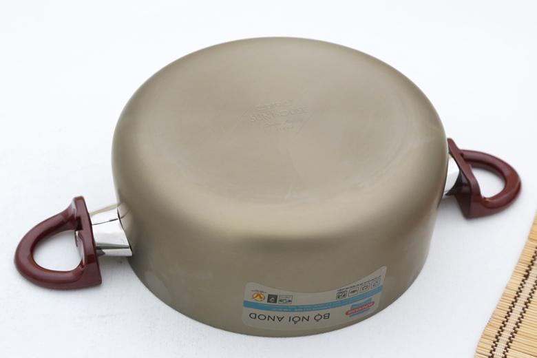 Đáy nồi phẳng, cứng bền chống móp méo, hấp thụ và truyền nhiệt tốt cho nấu ăn nhanh chóng lại dễ dàng vệ sinh.