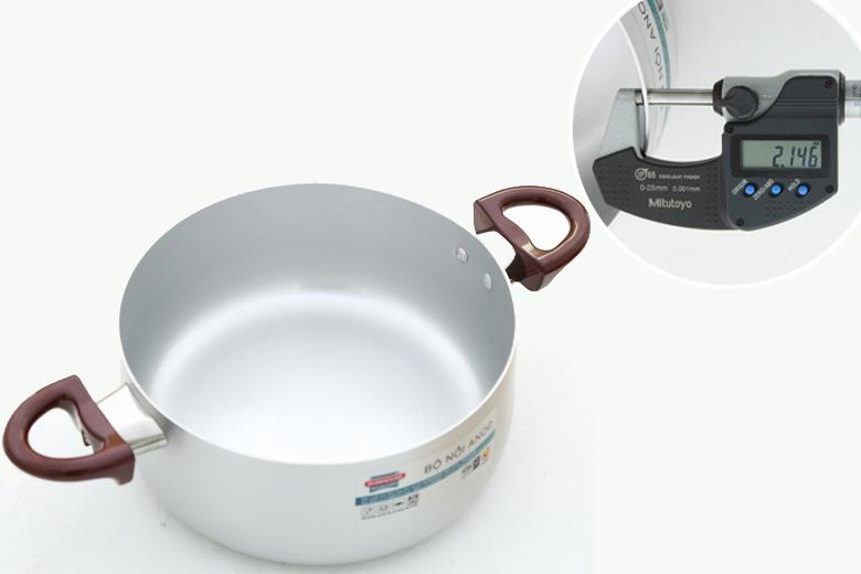 Chất liệu hợp kim nhôm xử lý công nghệ Anodizing cho nồi cứng hơn, đẹp hơn, nấu ăn nhanh hơn và an toàn cho sức khỏe. Độ dày khoảng 2.1 mm.
