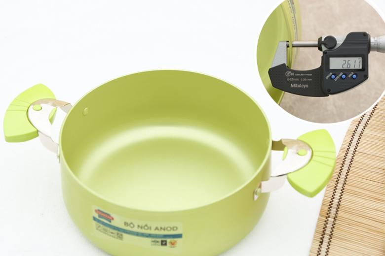 Chất liệu hợp kim nhôm cao cấp với công nghệ Anodizing cho sản phẩm cứng hơn, không trầy xước, màu sắc đẹp hơn, không phản ứng với thức ăn an toàn cho người dùng. Độ dày khoảng 2.6 mm.