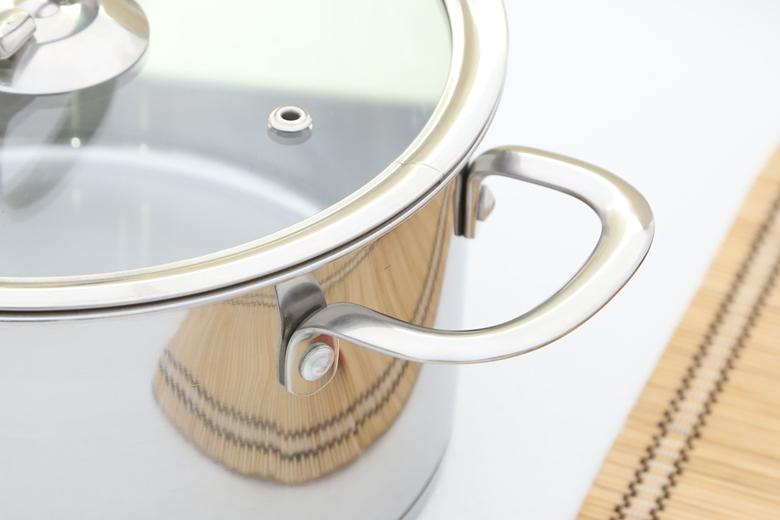 Tay cầm inox thiết kế tinh tế, mềm mại, chắc chắn, không cách nhiệt nên cần găng tay khi sử dụng nấu nướng.