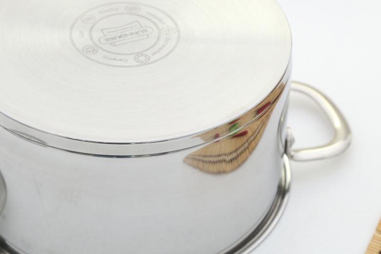 Đáy nồi 3 lớp (inox 430 – nhôm – inox 430) thiết kế phẳng giúp nấu ăn nhanh tiết kiệm nhiên liệu. Đặc tính inox ít oxy hóa, ít phản ứng với thức ăn, chống trầy xước, dễ vệ sinh. Đặc tính nhôm hấp thụ và truyền nhiệt tốt giúp nấu ăn nhanh và ngon hơn.