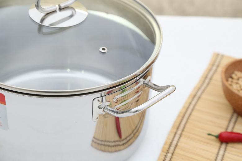 Tay cầm bằng inox tinh tế gắn chắc chắn vào thân nồi, nhược điểm không cách nhiệt nên cần dùng găng tay khi nấu nướng.