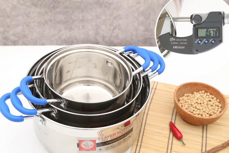 Chất liệu inox 304 không phản ứng với thức ăn, ít bị oxy hóa, không thôi nhiễm giải phóng các chất độc hại cho cơ thể. Độ dày khoảng 0.7 mm.