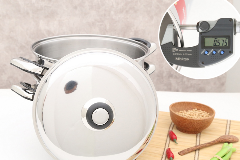Chất liệu inox 304 cao cấp không bị oxy hóa, không thôi nhiễm chất độc hại vào thức ăn và dễ vệ sinh giúp chế biến món ngon an toàn cho gia đình. Độ dày nồi gần 0.6 mm.