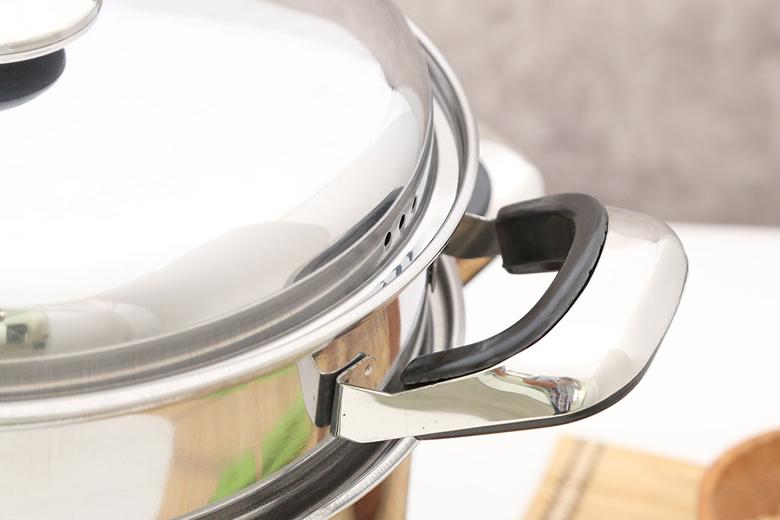 Tay cầm inox có ốc vít chắc chắn, bọc nhựa Bakelite cách nhiệt tốt, chống cháy, không lo bị bỏng khi di chuyển nấu nướng.