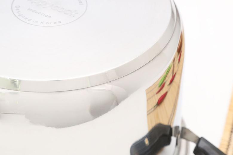 Cấu tạo đáy 3 lớp (inox 340 – nhôm – inox 430). Lớp inox 304 sáng bóng, dễ vệ sinh, không bị oxi hóa, không phản ứng với thức ăn an toàn cho sức khỏe. Lớp nhôm giúp nồi hấp thụ nhiệt nhanh, tỏa nhiệt đều. Lớp inox 430 nhiễm từ, dùng được trên bếp từ. Đáy phẳng cho quá trình nấu tiết kiệm thời gian và nhiên liệu tối đa.