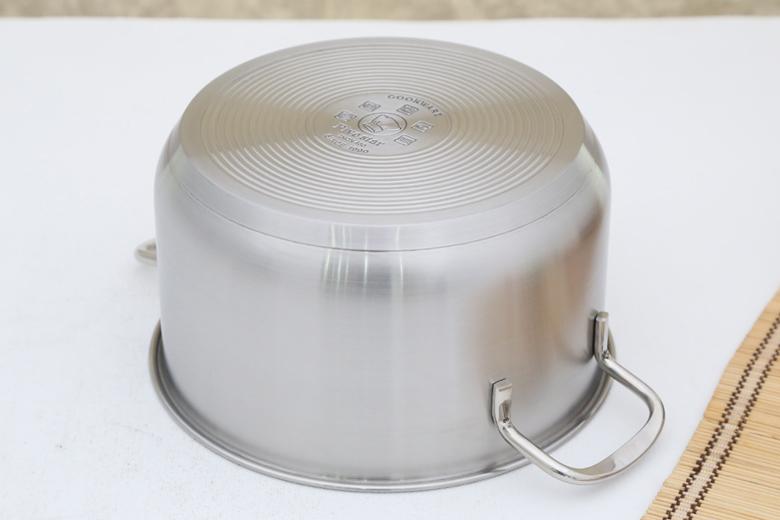 Đáy nồi phẳng cấu tạo 3 lớp (inox 430 – nhôm – inox 430). Đặc tính của inox cho nồi bền bỉ, nấu ăn an toàn không thôi nhiễm chất độc hại cho cơ thể, sáng bóng dễ lau chùi và giữ nhiệt tốt. Đặc tính của nhôm cho nồi hấp thụ nhiệt nhanh và tỏa nhiệt đều, rút ngắn thời gian nấu nướng và thức ăn ngon chín đều hơn.
