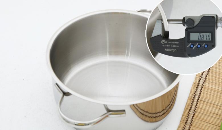 Bộ nồi làm bằng inox 304 cao cấp, sáng bóng, không biến dạng bởi nhiệt độ cao hay va đập mạnh, an toàn cho sức khỏe, thân thiện với môi trường, độ dày 0.9 mm.