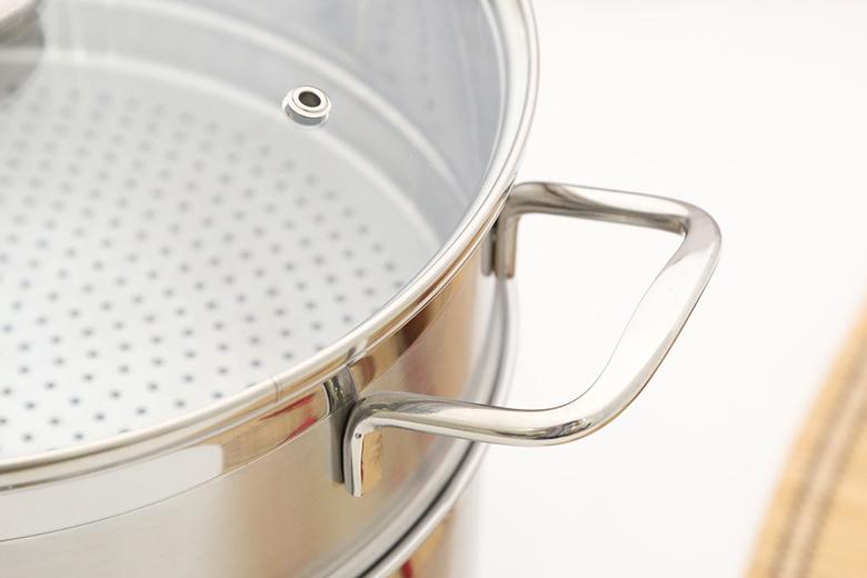 Tay cầm bằng inox đặc gắn chắc chắn vào thân nồi, không có cách nhiệt nên cần găng tay khi sử dụng nấu nướng.