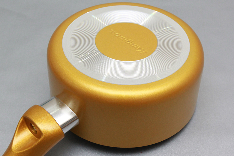 Bên ngoài phủ sơn chống bám bẩn. Đáy nồi được thiết kế vân vòng tròn, chống trơn trượt.