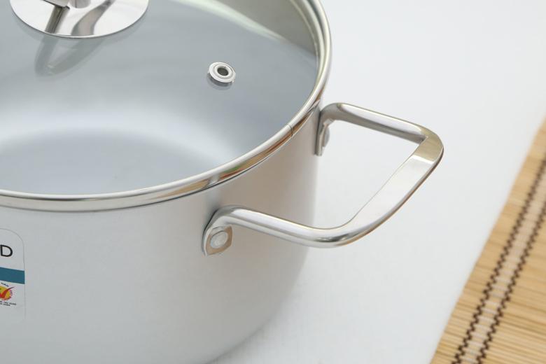 Tay cầm inox chống gỉ gắn chắc chắn với thân nồi, không cách nhiệt nên cần dùng găng tay khi nấu nướng.