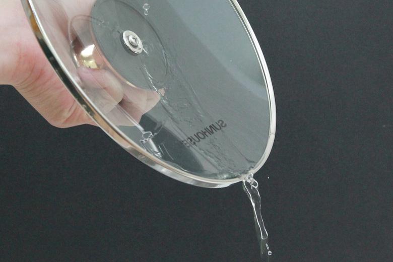 Nắp kính trong suốt giúp nấu ăn tiện dụng, chịu được nhiệt độ cao. Quai núm nắp inox mạ vàng tinh tế