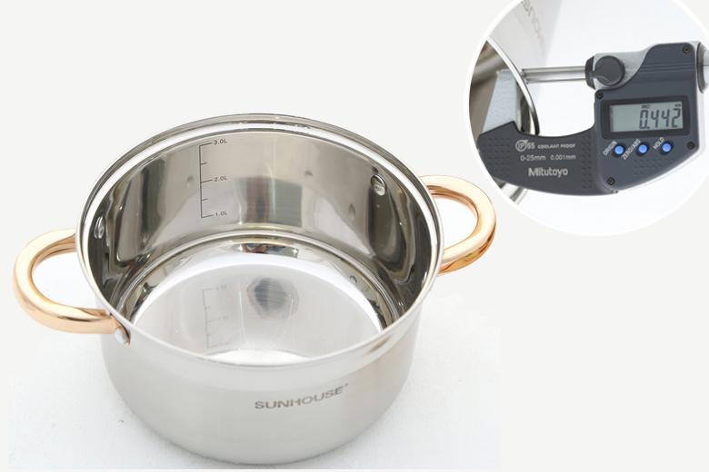 Chất liệu inox cao cấp 304 không bị ăn mòn, chống oxy hóa, không giải phóng ra các chất độc hại cho sức khỏe, an toàn cho nấu nướng. Trong nồi có thang đo mực nước. Độ dày hơn 0.4 mm.