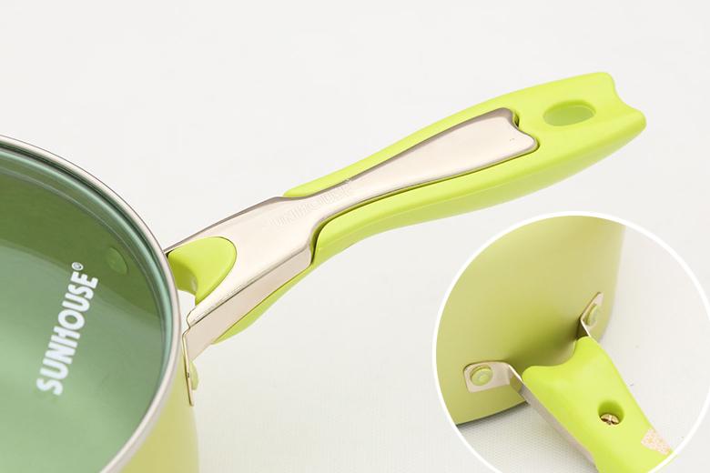 Tay cầm quánh thiết kế bọc nhựa cách nhiệt với chiều dài tiện dụng, giúp người dùng dễ cầm nắm khi nấu nướng. Ốc vít chắc chắn vào thân quánh, kèm móc treo tiện cất giữ.