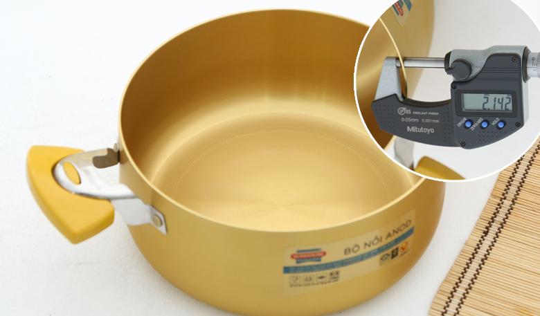 Bộ nồi bằng chất liệu hợp kim nhôm bền bỉ, bề mặt đã được xử lý theo công nghệ Anodizing Hàn Quốc, đảm bảo an toàn cho sức khỏe mọi người khi sử dụng nấu ăn trong gia đình, chống oxi hóa, không bị biến dạng bởi nhiệt độ cao, độ dày nồi 2.1 mm.