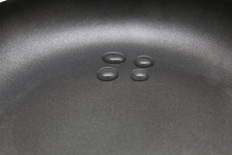 Bề mặt chảo được phủ lớp chống dính Whitford – Mỹ, dễ vệ sinh và tiết kiệm dầu ăn