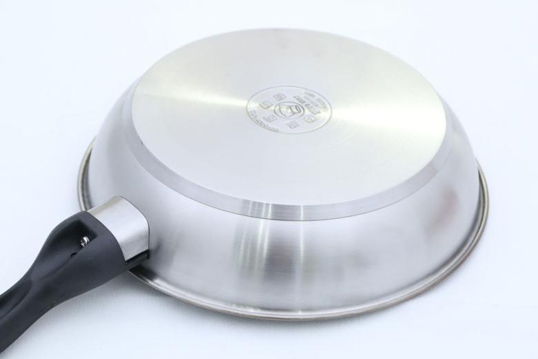 Đáy chảo 3 lớp. Lớp inox 430 ngoài cùng có đặc tính nhiễm từ, lớp nhôm ở giữa giúp thu nhiệt nhanh và dẫn nhiệt tỏa đều, lớp inox 430 trong cùng ít bị oxi hóa, ít phản ứng với thức ăn, đảm bảo an toàn.