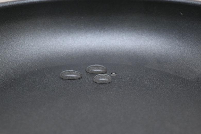 Bề mặt chảo phủ lớp chống dính Whitford – Mỹ bền bỉ và được chứng nhận an toàn cho sức khỏe. Nấu ăn an toàn và tiết kiệm dầu tối ưu.