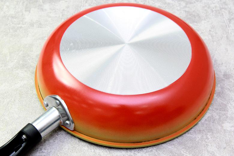 Đáy chảo phẳng phủ lớp sơn chịu nhiệt bền bỉ. Thiết kế đế chống trơn trượt đảm bảo an toàn cho người sử dụng.