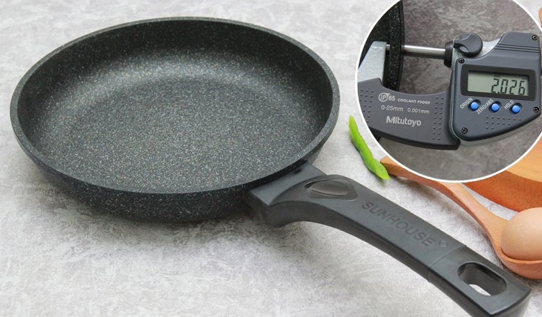 Chảo có độ dày khoảng 2 mm, tản nhiệt đều, giữ nhiệt tương đối tốt