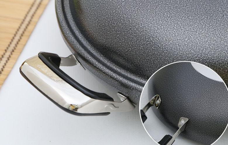 Tay cầm bọc nhựa cách nhiệt giúp bạn di chuyển, bảo quản chảo thuận tiện, ốc vít lắp khít, chắc chắn.
