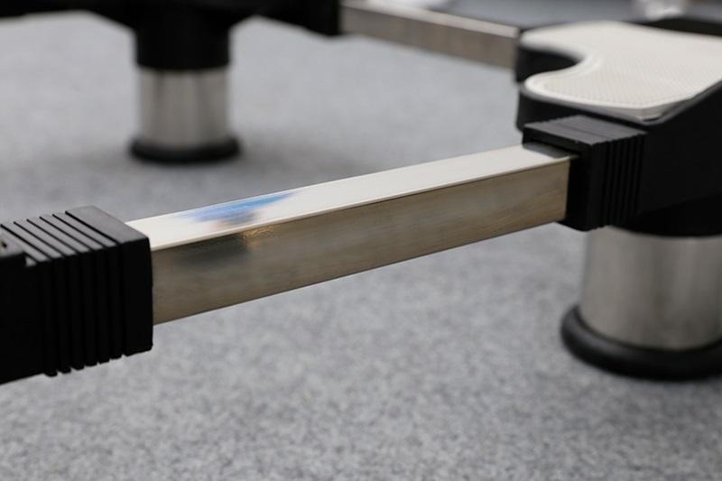 Chất liệu inox cứng cáp, chắc chắn, phù hợp với máy giặt 8 - 18 kg và tủ lạnh 250 - 450 lít