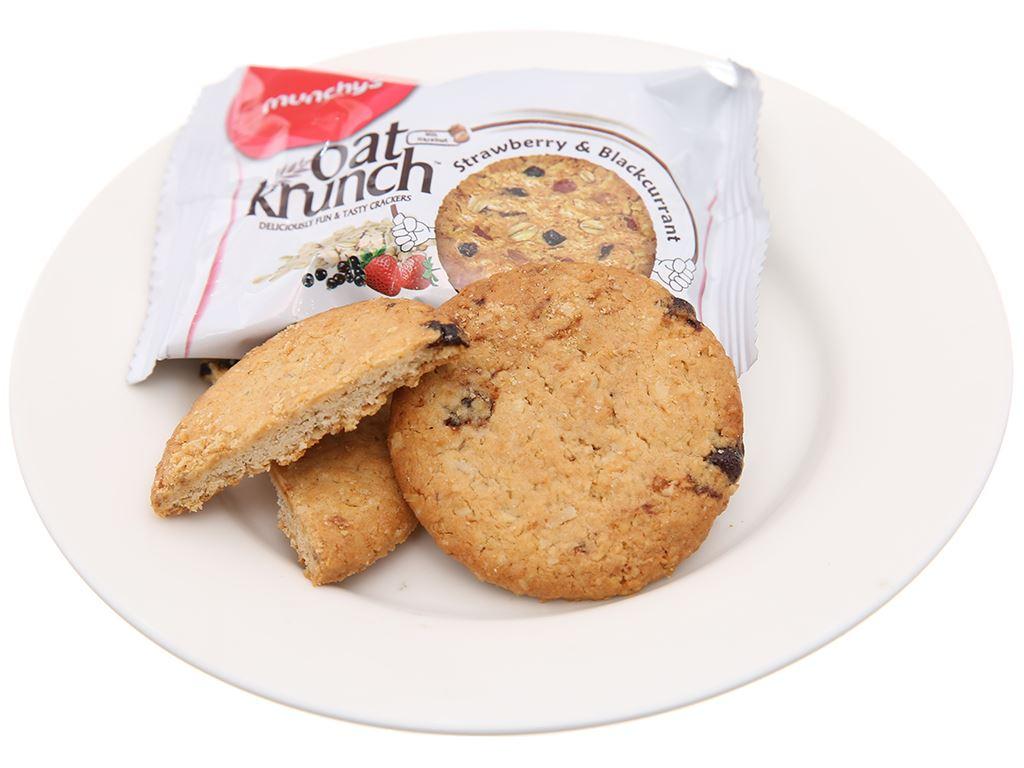 Bánh yến mạch dâu và nho đen Munchy's Oat Krunch hộp 156g 4