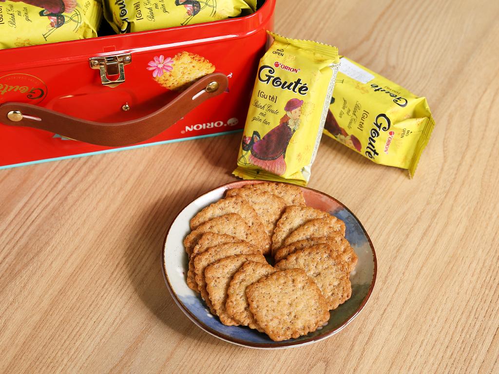 Bánh quy mè và dừa Gouté hộp thiếc 429g 9
